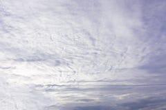 Έννοια ημέρας παγκόσμιου περιβάλλοντος: Άσπρο νεφελώδες και υπόβαθρο μπλε ουρανού στοκ εικόνες με δικαίωμα ελεύθερης χρήσης