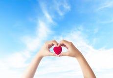 Έννοια ημέρας παγκόσμιων καρδιών: κόκκινο υπόβαθρο καρδιών στοκ φωτογραφίες με δικαίωμα ελεύθερης χρήσης