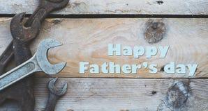Έννοια ημέρας πατέρων, διάφορα κλειδιά μεγέθους, γαλλικά κλειδιά στο ξύλινο υπόβαθρο Στοκ Φωτογραφία