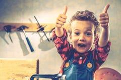 Έννοια ημέρας πατέρων παιδιών, εργαλείο ξυλουργών, παιδί λίγα στοκ εικόνες