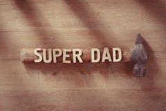 Έννοια ημέρας πατέρων Παλαιό σφυρί σε έναν ξύλινο πίνακα με το έξοχο κείμενο μπαμπάδων ευτυχείς διακοπές Στοκ φωτογραφία με δικαίωμα ελεύθερης χρήσης