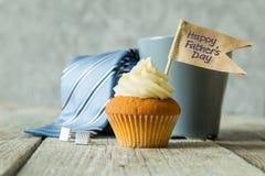 Έννοια ημέρας πατέρων - cupcake, δεσμός, παρόν Στοκ εικόνες με δικαίωμα ελεύθερης χρήσης
