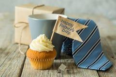 Έννοια ημέρας πατέρων - cupcake, δεσμός, παρόν Στοκ Φωτογραφία