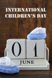 Έννοια ημέρας των διεθνών παιδιών με το ημερολόγιο Ιουνίου πρώτα Στοκ φωτογραφία με δικαίωμα ελεύθερης χρήσης