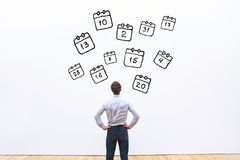 Έννοια ημερήσιων διατάξεων, επιχειρηματίας που εξετάζει το ημερολόγιο στοκ φωτογραφία με δικαίωμα ελεύθερης χρήσης