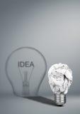 Έννοια δημιουργικότητας ιδεών, βολβός με το τσαλακωμένο έγγραφο και σκιά Στοκ Φωτογραφία