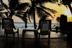 Έννοια ηλιοβασιλέματος, δύο έδρες παραλιών στο ηλιοβασίλεμα Στοκ φωτογραφίες με δικαίωμα ελεύθερης χρήσης