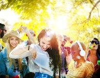 Έννοια θερινής ευτυχίας χορού μουσικής κόμματος φιλίας στοκ εικόνες