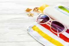 Έννοια θερινών διακοπών ζωηρόχρωμη πετσέτα, γυαλιά ηλίου, κίτρινοι ήλιοι Στοκ Εικόνες