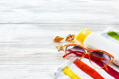 Έννοια θερινών διακοπών ζωηρόχρωμη πετσέτα, γυαλιά ηλίου, κίτρινοι ήλιοι Στοκ εικόνα με δικαίωμα ελεύθερης χρήσης