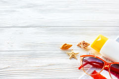 Έννοια θερινών διακοπών ζωηρόχρωμη πετσέτα, γυαλιά ηλίου, κίτρινοι ήλιοι Στοκ Εικόνα