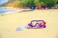 Έννοια θερινών διακοπών που κολυμπά με αναπνευτήρα στην παραλία Στοκ Εικόνες