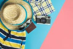 Έννοια θερινών παραλιών με τη μόδα και τα αντικείμενα θερινού ταξιδιού στοκ φωτογραφία με δικαίωμα ελεύθερης χρήσης