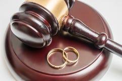 Έννοια διαζυγίου Άποψη κινηματογραφήσεων σε πρώτο πλάνο σχετικά με gavel και γάμου τα δαχτυλίδια στοκ εικόνες