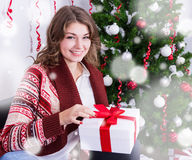 Έννοια διακοπών - ευτυχές νέο κιβώτιο δώρων ανοίγματος γυναικών christm πλησίον Στοκ εικόνες με δικαίωμα ελεύθερης χρήσης