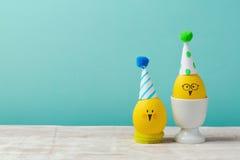 Έννοια διακοπών Πάσχας με τους χαριτωμένους χειροποίητους νεοσσούς αυγών πέρα από το μπλε αναδρομικό υπόβαθρο Στοκ Φωτογραφίες