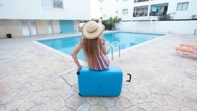 Έννοια διακοπών ταξιδιού Νέα πισίνα γυναικών πλησίον απόθεμα βίντεο