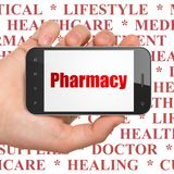 Έννοια ιατρικής: Εκμετάλλευση Smartphone χεριών με το φαρμακείο στην επίδειξη στοκ φωτογραφία με δικαίωμα ελεύθερης χρήσης