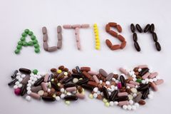 Έννοια ιατρικής φροντίδας έμπνευσης τίτλων κειμένων γραψίματος χεριών που γράφεται με τον ΑΥΤΙΣΜΟ λέξης καψών φαρμάκων χαπιών απο Στοκ Εικόνες