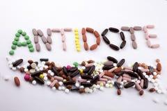 Έννοια ιατρικής φροντίδας έμπνευσης τίτλων κειμένων γραψίματος χεριών που γράφεται με το αντίδοτο λέξης καψών φαρμάκων χαπιών στο Στοκ Εικόνες