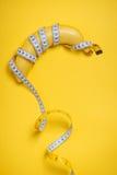 Έννοια διατροφής, ικανότητας και υγείας που παρουσιάζεται από το κίτρινο περικάλυμμα μπανανών στοκ εικόνες