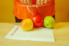 , Έννοια, διατροφή, τρόφιμα, βάρος, απώλεια μήλο που μετρά την ταινία Στοκ εικόνα με δικαίωμα ελεύθερης χρήσης