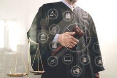 Έννοια δικαιοσύνης και νόμου Αρσενικός δικαστής σε ένα δικαστήριο με gavel Στοκ Εικόνες