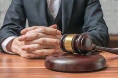 Έννοια δικαιοσύνης και νόμου Ο δικηγόρος έχει τα χέρια και gavel στο μέτωπο στοκ φωτογραφίες