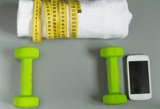 Έννοια ικανότητας, αλτήρας, κινητοί και μια πετσέτα και μέτρηση της ταινίας, τοπ άποψη Στοκ εικόνα με δικαίωμα ελεύθερης χρήσης