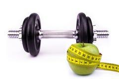 Έννοια ικανότητας και διατροφής - με Barbell, τη Apple και το μέτρο ταινιών Στοκ Εικόνες