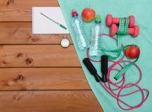 Έννοια ικανότητας με το μπουκάλι νερό μήλων πετσετών αλτήρων Στοκ Φωτογραφίες