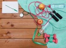 Έννοια ικανότητας με το μπουκάλι νερό μήλων πετσετών αλτήρων Στοκ εικόνες με δικαίωμα ελεύθερης χρήσης