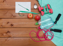 Έννοια ικανότητας με το μπουκάλι νερό μήλων πετσετών αλτήρων Στοκ εικόνα με δικαίωμα ελεύθερης χρήσης