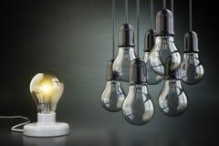 Έννοια ιδέας ή ηγεσίας Ομάδα lightbulbs στη μαύρη ΤΣΕ Στοκ Φωτογραφία