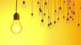 Έννοια ιδέας με τις λάμπες φωτός στο κίτρινο υπόβαθρο απεικόνιση αποθεμάτων