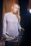 Έννοια και ιδέες μουσικής Νέα ξανθή θηλυκή τοποθέτηση με την κιθάρα Στοκ Φωτογραφία