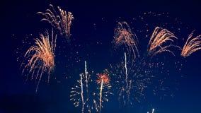 έννοια καλή χρονιά Οι φλόγες πυροτεχνημάτων ` ακτινοβολούν το σκοτεινό ουρανό φιλμ μικρού μήκους