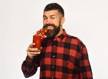 Έννοια καλλιέργειας και φθινοπώρου Ο τύπος κρατά τη homegrown συγκομιδή στοκ φωτογραφίες