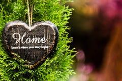 Έννοια καρτών ημέρας βαλεντίνων. Διαμορφωμένο καρδιά σπίτι γραφείων σημαδιών ντεκόρ ομο Στοκ φωτογραφία με δικαίωμα ελεύθερης χρήσης