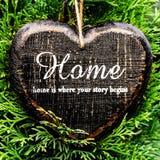 Έννοια καρτών ημέρας βαλεντίνων. Διαμορφωμένο καρδιά σπίτι γραφείων σημαδιών ντεκόρ ομο Στοκ Φωτογραφία