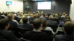Έννοια κατάρτισης γραφείων συνεδρίασης των διασκέψεων σεμιναρίου επιχειρηματιών Άκουσμα την ομιλία για το μάρκετινγκ και απόθεμα βίντεο