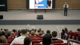 Έννοια κατάρτισης γραφείων συνεδρίασης των διασκέψεων σεμιναρίου επιχειρηματιών Πρόσωπο στο φόρουμ για να λύσει τα οικονομικά ζητ απόθεμα βίντεο