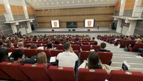 Έννοια κατάρτισης γραφείων συνεδρίασης των διασκέψεων σεμιναρίου επιχειρηματιών Πρόσωπο στο φόρουμ για να λύσει τα οικονομικά ζητ φιλμ μικρού μήκους