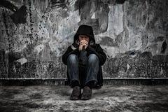 Έννοια κατάχρησης ναρκωτικών ουσιών , ασιατικός αρσενικός τοξικομανής υπερβολικής δόσης με proble Στοκ εικόνες με δικαίωμα ελεύθερης χρήσης