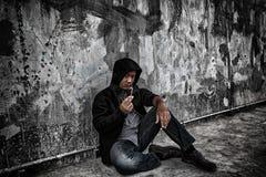 Έννοια κατάχρησης ναρκωτικών ουσιών , Ασιατικός αρσενικός τοξικομανής υπερβολικής δόσης στη δράση W Στοκ Φωτογραφίες