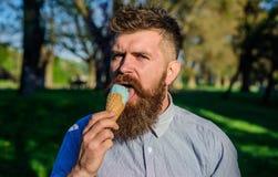 Έννοια κατάψυξης Το άτομο με το μακρύ παγωτό γλειψιμάτων γενειάδων, κλείνει επάνω Το άτομο με τη γενειάδα και mustache στο ήρεμο  Στοκ Φωτογραφίες