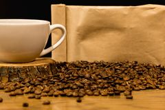 Έννοια καφέ με την τσάντα για τα φασόλια καφέ στοκ φωτογραφίες
