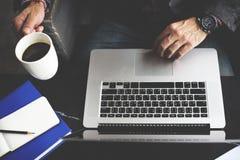Έννοια καφέδων καφέ lap-top υπολογιστών ατόμων Στοκ φωτογραφία με δικαίωμα ελεύθερης χρήσης