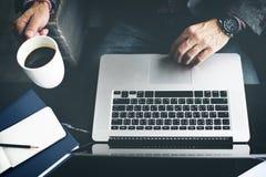 Έννοια καφέδων καφέ lap-top υπολογιστών ατόμων Στοκ εικόνες με δικαίωμα ελεύθερης χρήσης