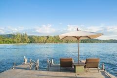 Έννοια καλοκαιριού, ταξιδιού, διακοπών και διακοπών - καρέκλες παραλιών και Στοκ εικόνες με δικαίωμα ελεύθερης χρήσης